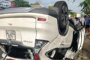 Ô tô lật ngửa sau tai nạn, người phụ nữ tử vong