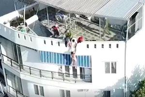 Khống chế du khách nước ngoài khỏa thân đòi nhảy từ tầng 4 xuống đất