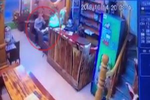 Hai du khách nước ngoài chạy thục mạng để quỵt tiền ăn tối