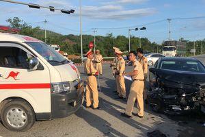 Tài xế Mazda 6 không nghe thấy còi đèn ưu tiên khi tông xe cấp cứu
