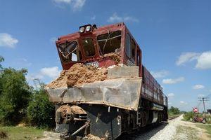 Xe tải chở đất lao vào tàu hỏa, lái xe trọng thương