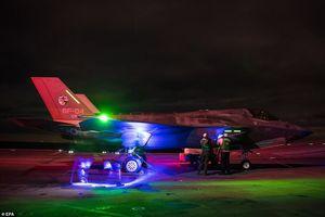 F-35B đẹp 'ma mị' trên tàu sân bay trong đêm tối