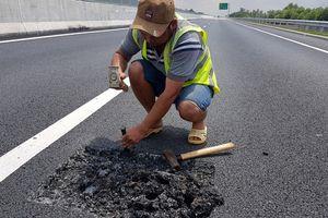 Bộ GTVT yêu cầu 'trảm' nhà thầu vừa vá mặt đường cao tốc 34.500 tỷ Đà Nẵng - Quảng Ngãi đã tái hỏng