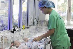 Chuyện về những người mẹ áo xanh chăm sóc trẻ sinh non