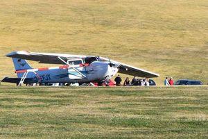 Hi hữu: Máy bay lao vào đám đông, 11 người thương vong