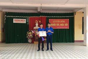 Trao tặng bằng khen cho thầy giáo cứu học sinh đuối nước