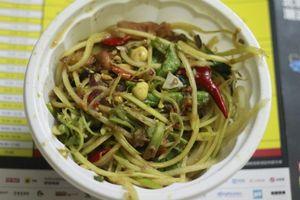 Đu đủ đâm ba khía, món ăn đường phố trứ danh Campuchia ở Sài Gòn