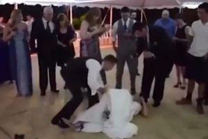 Chú rể đẩy cô dâu ngã lăn xuống sàn trong lễ cưới