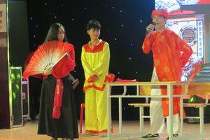 Học sinh thành Vinh hào hứng với vở hài kịch 'Nghêu – Sò – Ốc – Hến' được 'Anh hóa'