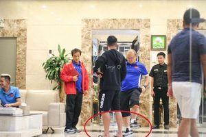 Thầy Park Hang Seo phạt học trò vì mang dép lê cực đáng yêu