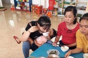 Xúc động bữa ăn trưa vội vã của các giáo viên mầm non, vừa ăn vừa bế trẻ và những tâm sự cay đắng về nghề