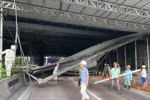 TP.HCM: Xe tải kéo sập giàn giáo trước hầm Thủ Thiêm khiến giao thông tê liệt