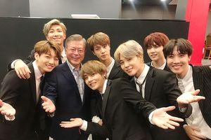 Trên đất Pháp, BTS 'được lòng' Tổng thống Hàn Quốc Moon Jae-in và phu nhân