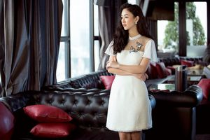 Á hậu Hà Thu lãng mạn, gợi cảm với những thiết kế váy ngắn đón thu