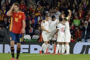 Sư tử Anh 'bẻ sừng' Bò tót ngay tại Tây Ban Nha
