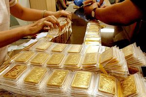 Giá thế giới tăng mạnh, vàng trong nước quay đầu giảm