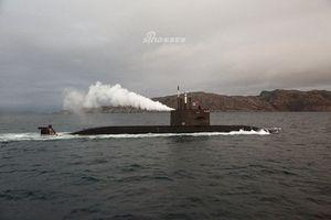 Sau tàu mặt nước, tới lượt tàu ngầm thế hệ mới của Nga phun khói mù mịt