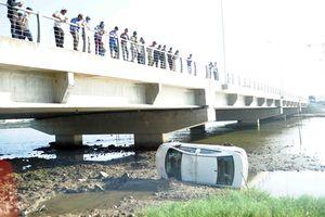 Taxi bay xuống sông một cách kỳ lạ