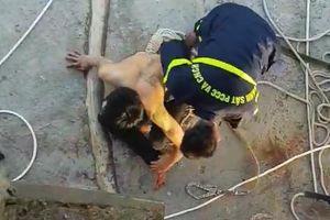 Nín thở giải cứu thanh niên bị ngáo đá cố thủ trên dây cáp cầu Thuận Phước