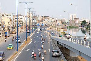 Phân luồng giao thông thủy thi công cầu thang đi bộ đường Võ Văn Kiệt