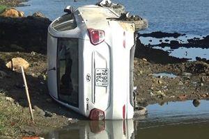 Ô tô 'bay' xuống sông ở Nha Trang