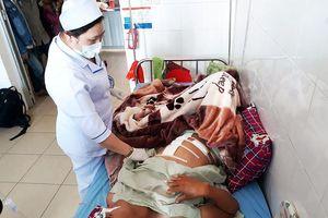 Một thanh niên bị bắn xuyên thủng bụng khi đang làm vườn