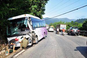 Tai nạn ô tô liên hoàn trên đèo Bảo Lộc, xe khách lao vào vách núi
