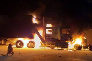 Xe container bốc cháy trơ khung cạnh cây xăng