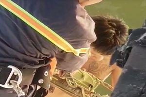 Nam thanh niên 'ngáo đá' la hét, cố thủ trên dây cáp cầu Thuận Phước