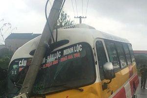 Thanh Hóa: Xe buýt lao vào cột điện, hàng chục hành khách hoảng loạn