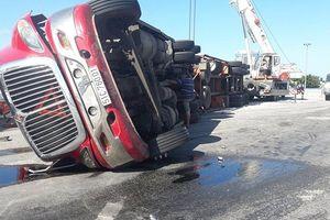 Hà Tĩnh: Lật xe container, tài xế may mắn thoát chết