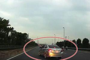 Tài xế Toyota Vios phanh gấp 'cảnh cáo' xe cùng chiều gây tranh cãi