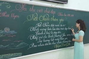 Lác mắt ngắm những dòng chữ viết bằng phấn trắng trên nền bảng xanh của giáo viên trường tiểu học Trưng Vương