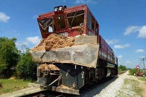 Cố vượt đường ray, xe tải bị tàu hỏa tông nát đầu, kéo lê hang chục mét
