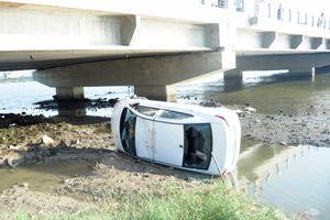 Tài xế ngủ gật, taxi lao thẳng xuống sông