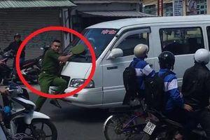 Clip: Xe khách vi phạm ủi cảnh sát hàng trăm mét trên phố Đà Lạt
