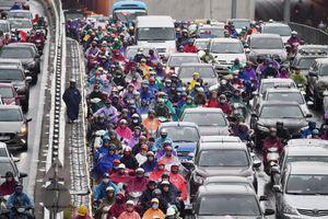 Bỏ ôtô chạy bộ đến cơ quan vì ùn tắc giao thông trong mưa lạnh