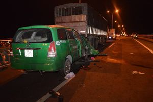 Taxi tông xe tải đang dừng sửa chữa trên cầu Cần Thơ, 3 người tử vong