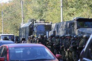 Binh lực vũ trang, thiết giáp trực chiến tại hiện trường vụ đánh bom, xả súng ở Crimea