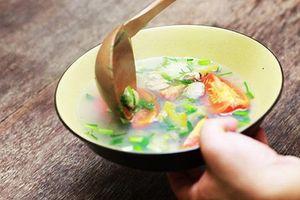 Tranh luận trái chiều về thói quen ăn cơm chan canh gây bệnh dạ dày