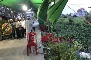 Ô tô 'điên' đâm vào đám tang khiến 8 người bị thương rồi bỏ trốn