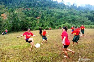 Chị em người Thái vùng biên Nghệ An mặc váy đá bóng ở lưng chừng núi