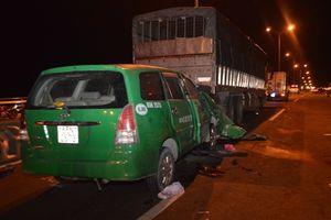 Taxi húc xe tải trên cầu Cần Thơ, ba người tử vong