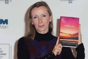 'Người giao sữa' của nữ tiểu thuyết gia Anna Burns giành giải Man Booker Prize