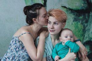 Bộ ảnh tình yêu đời thường 'Happy together' của cặp đôi đồng tính người Nga - khi tình yêu là lá chắn vượt qua mọi khó khăn