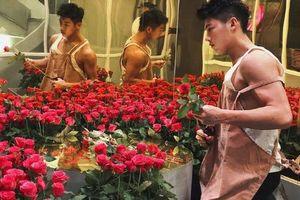 Xuất hiện 'trai bán hoa' khiến chị em kéo nhau tới cửa hàng mỗi ngày
