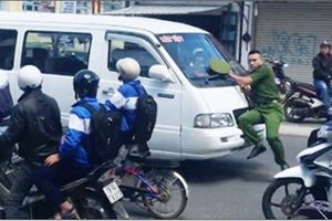 Xe khách chạy vào đường cấm, ủi cảnh sát hàng trăm mét trên phố