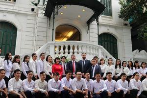 Bryan Robson bất ngờ xuất hiện tại biệt thự cổ giữa Hà Nội