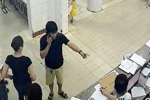 Kỷ luật bác sỹ vung tay làm rơi điện thoại người nhà bệnh nhân