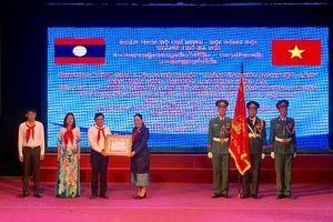 Trường Lê Duẩn đón nhận Huân chương Lao động hạng Ba của CHDCND Lào